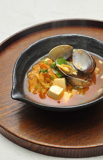 豆腐とアサリ入りのキムチスープ